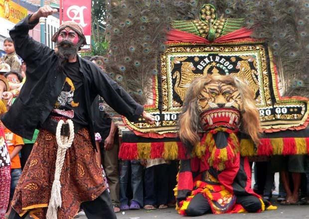 Sejumlah seniman menampilkan tari Warok pada pegelaran Festival Budaya 2009 dalam rangka hari jadi kabupaten Temanggung ke 175 di jalanan seputar alun-alun kota, Temanggung, Jateng, Minggu (15/11).